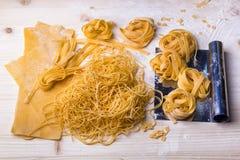 Tagliatelle e pasta casalinghe Immagini Stock