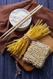 Tagliatelle e ramen cinesi asciutti dell'uovo Immagine Stock Libera da Diritti