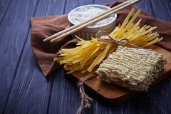 Tagliatelle e ramen cinesi asciutti dell'uovo Immagine Stock