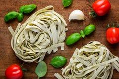 Tagliatelle ed ingredienti verdi di cottura Immagini Stock Libere da Diritti