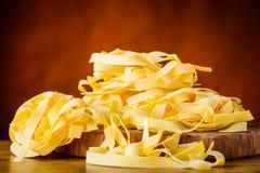 Κίτρινα ζυμαρικά Tagliatelle Fettucine Tagliolini Στοκ Εικόνες
