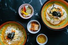 Tagliatelle fredde miste con insalata ed alga in una ciotola immagini stock libere da diritti