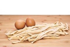Tagliatelle fresche dell'uovo casalinghe Immagine Stock