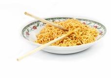 Tagliatelle fritte istante in piatto immagine stock