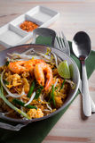 Tagliatelle fritte tailandesi con il gamberetto (cuscinetto tailandese), cuis popuplar della Tailandia Fotografie Stock