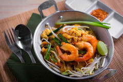 Tagliatelle fritte tailandesi con il gamberetto (cuscinetto tailandese), cuis popuplar della Tailandia fotografie stock libere da diritti