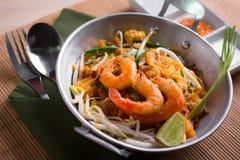 Tagliatelle fritte tailandesi con il gamberetto (cuscinetto tailandese), cuis popuplar della Tailandia Immagine Stock