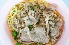 Tagliatelle gialle squisite eccellenti di stile tailandese del primo piano con carne di maiale Immagine Stock