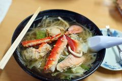 Tagliatelle giapponesi dei frutti di mare in minestra Immagini Stock