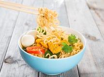 Tagliatelle istantanee del curry caldo e piccante Immagine Stock