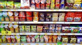 Tagliatelle istantanee in supermercato immagini stock
