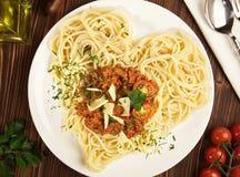 Tagliatelle italiane degli spaghetti - forma del cuore fotografia stock libera da diritti