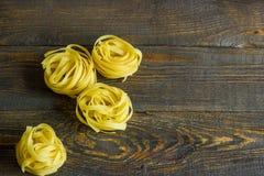 Tagliatelle italianos da massa na tabela Imagem de Stock