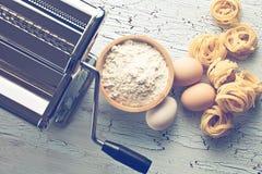 Tagliatelle, jajka i makaron maszyna, Zdjęcie Stock