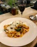Tagliatelle makaron z bolończyka Pomidorowym kumberlandem i Parmezańskim serem obraz stock