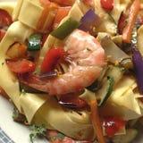 Tagliatelle makaron z garnelami i warzywami Zdjęcie Royalty Free