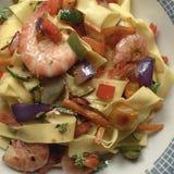Tagliatelle makaron z garnelami i warzywami Zdjęcia Stock