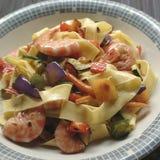 Tagliatelle makaron z garnelami i warzywami Fotografia Stock
