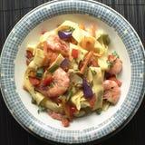 Tagliatelle makaron z garnelami i warzywami Obraz Royalty Free