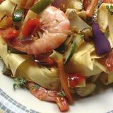 Tagliatelle makaron z garnelami i warzywami Obrazy Stock