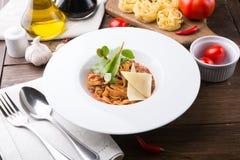 Tagliatelle makaron z mięsem i serem słuzyć dla lunchu na drewnianym stole fotografia stock