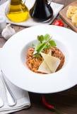 Tagliatelle makaron z mięsem i serem słuzyć dla lunchu na drewnianym stole zdjęcie stock