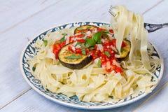 Tagliatelle makaron z piec na grillu oberżyną, korzennym pomidorowym kumberlandem i parmesan serem, Zdjęcie Stock