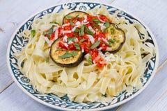 Tagliatelle makaron z piec na grillu oberżyną, korzennym pomidorowym kumberlandem i parmesan serem, Fotografia Stock