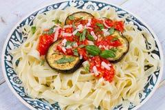 Tagliatelle makaron z piec na grillu oberżyną, korzennym pomidorowym kumberlandem i parmesan serem, Zdjęcie Royalty Free