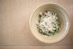 Tagliatelle makaron z szpinakami, szampinionami i parmesan serem, odgórny widok fotografia stock