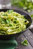 Tagliatelle makaron z szpinakiem i zielonych grochów pesto Zdjęcia Stock