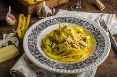 Tagliatelle med feg curry arkivfoton