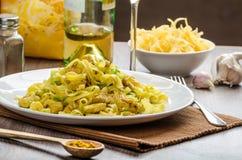 Tagliatelle med feg curry, purjolöken och vitlök royaltyfri foto