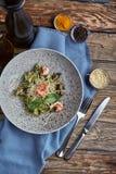 Tagliatelle med r?ka Hemlagad pasta med basilikasås och räkor och parmizan ost spelrum med lampa Begrepp royaltyfri bild