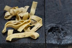 Tagliatelle med stensoppet på mörkt lantligt trä royaltyfria foton
