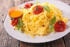 Tagliatelle med tomaten och basilika Arkivbilder