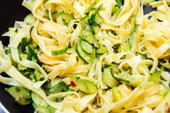 Tagliatelle med zucchinin Fotografering för Bildbyråer