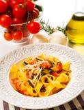 Tagliatelle med zucchinin och tomater royaltyfri bild
