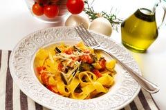 Tagliatelle med zucchinin och tomater royaltyfri foto