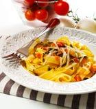Tagliatelle med zucchinin och tomater fotografering för bildbyråer