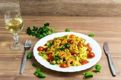 Tagliatelle met garnalen en tomaten stock fotografie
