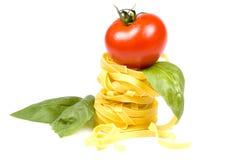 Tagliatelle mit Tomate und Basilikum Stockbild
