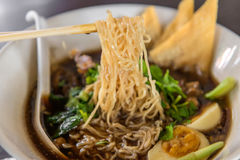 tagliatelle o minestra giapponese di ramen con carne di maiale e l'uovo in ristorante Immagine Stock