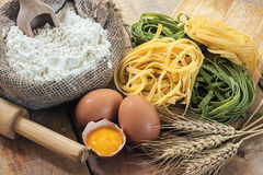 Tagliatelle och ingredienser med bakgrund Arkivfoto