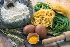 Tagliatelle och ingredienser med bakgrund Royaltyfria Bilder