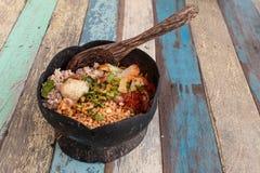 tagliatelle piccanti nelle coperture della noce di cocco sull'alimento di legno dell'Asia della tavola fotografia stock