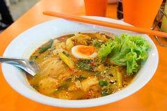 Tagliatelle piccanti tailandesi con l'uovo e la verdura di punto di ebollizione Fotografie Stock Libere da Diritti