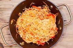 Tagliatelle pronte con le verdure in un wok Fotografia Stock