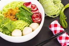 Tagliatelle in Sedere-Mee-MOO-Dang della Tailandia o pasta dell'Asia e tagliatelle secche con l'ingrediente sulla tavola nera Vis Fotografia Stock Libera da Diritti