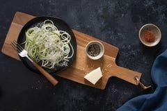 Tagliatelle sviluppate a spirale dello zucchini con parmigiano immagini stock